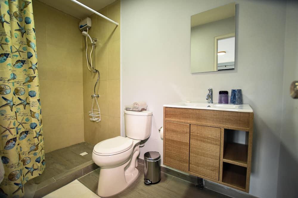 غرفة بتجهيزات أساسية - حمّام