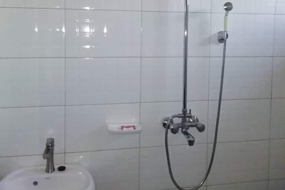 Deluxe Room, 1 Queen Bed - Bathroom Shower