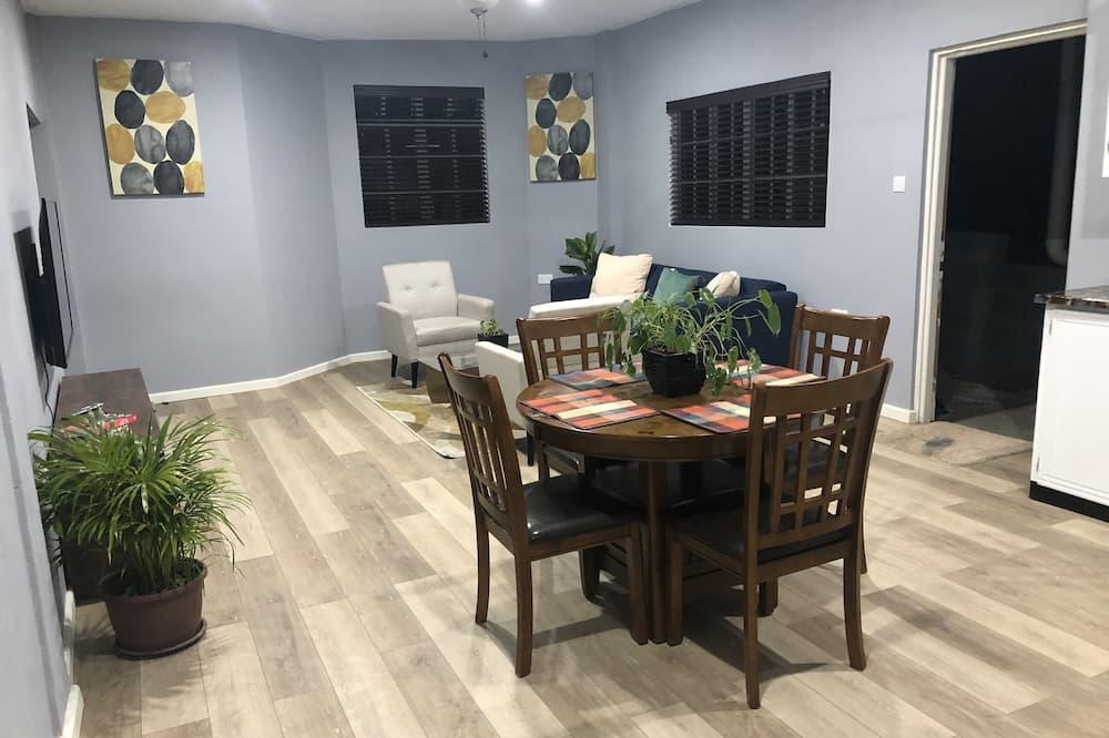 Apartment, 1 Queen Bed (2 ppl) - Living Area