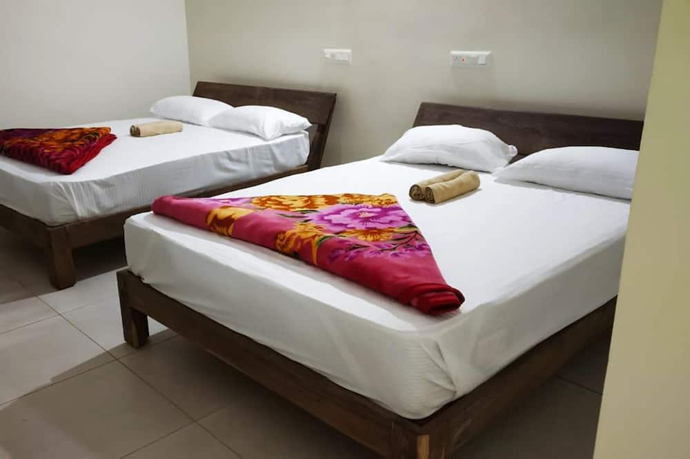 Eenvoudige vierpersoonskamer - Binnenkant hotel