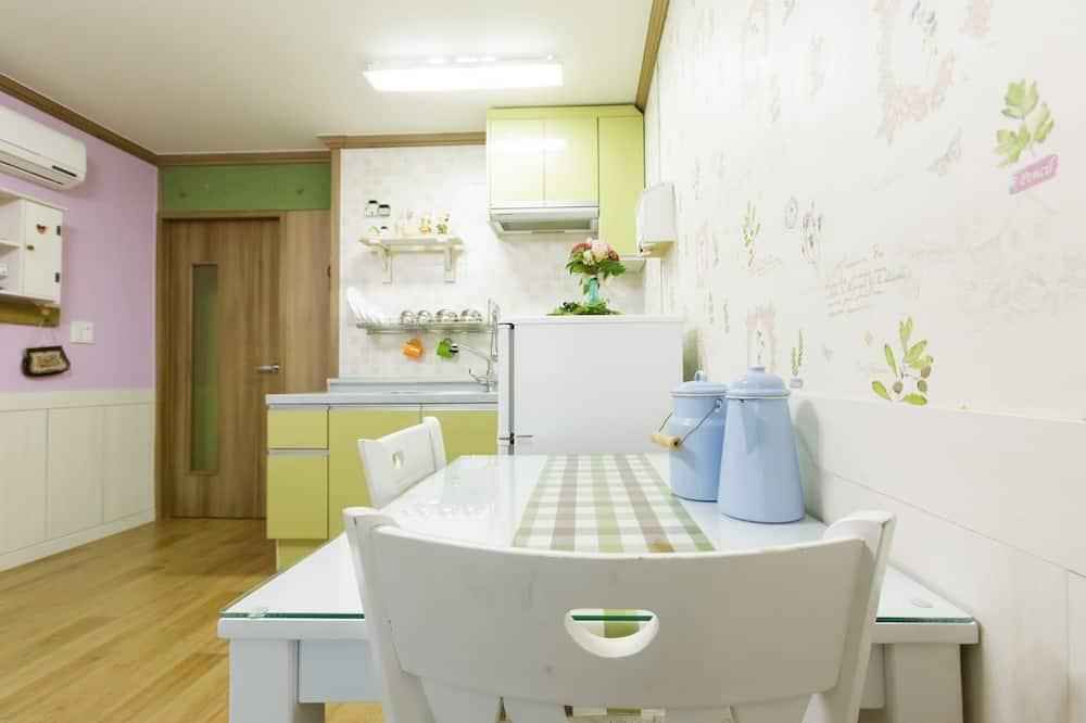 Romantiško stiliaus studija (Jasmine) - Vakarienės kambaryje