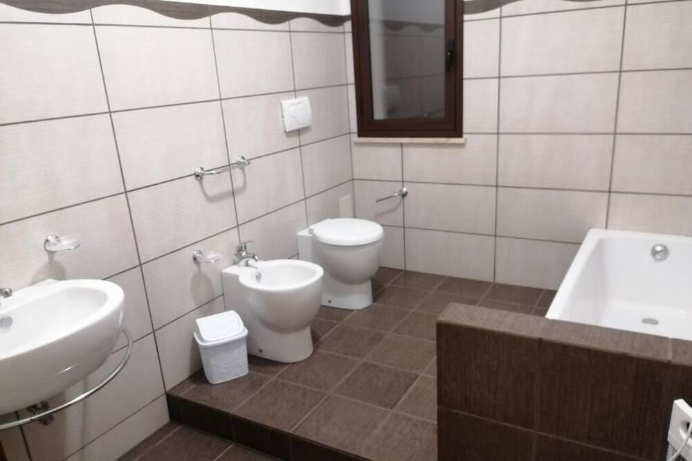 Семейные апартаменты, 1 двуспальная кровать с диваном-кроватью - Ванная комната