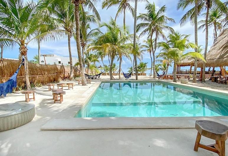 瑟利那波克那穆赫雷斯島飯店, 女人島