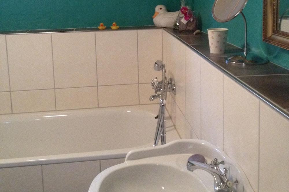 Romantic Cottage - Bathroom