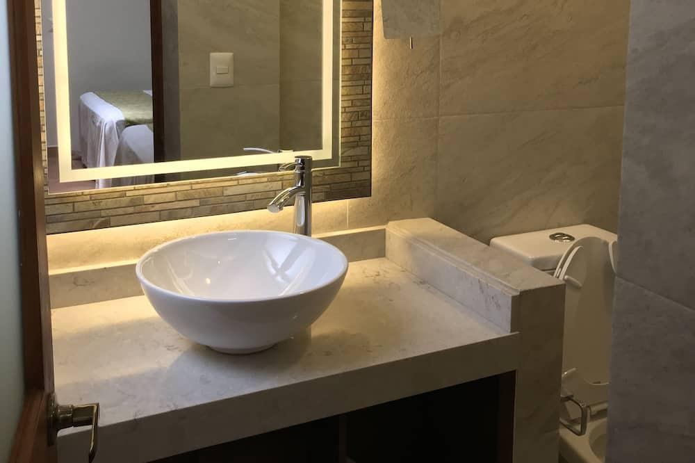 Familienzimmer, 2Schlafzimmer, 2 Bäder - Waschbecken im Bad