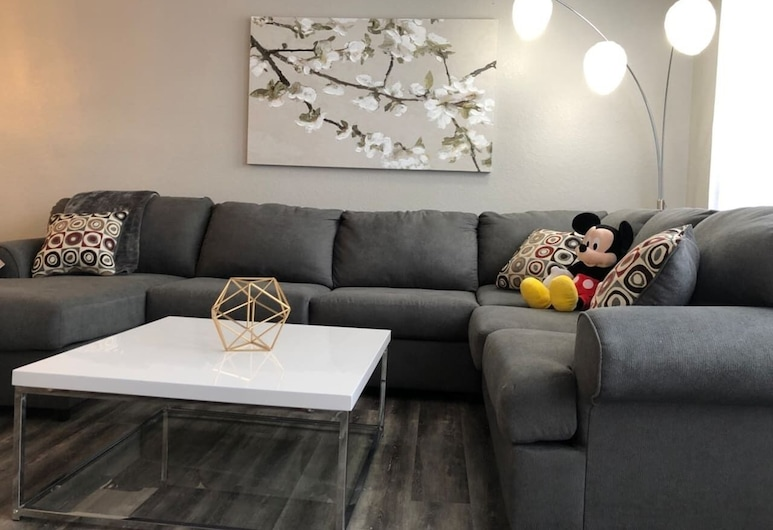 Tideview 20 · Walk TO Convention! Near Universal & Disney, Orlando, House (3 Bedrooms), Living Room