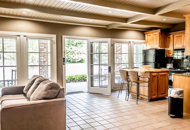 The Lodge at The Bluffs, St. Francisville, Suite, Multiple Beds, Non Smoking, Kitchen, Living Area