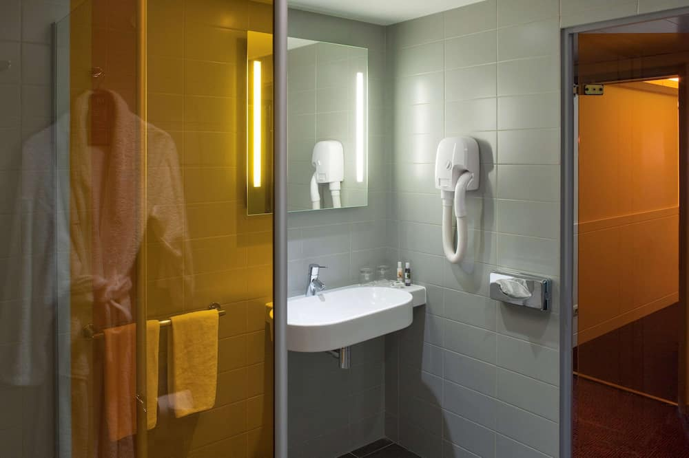 Standard Studio, Multiple Beds - Bathroom