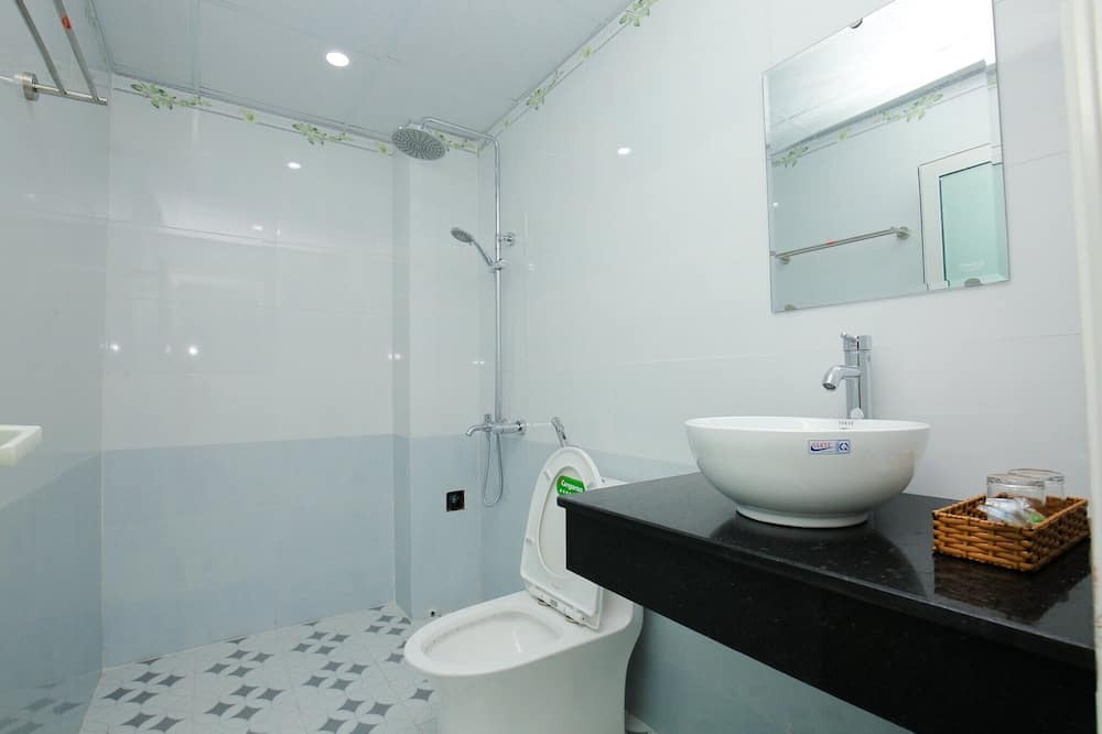 Superior-Vierbettzimmer, Stadtblick - Badezimmer