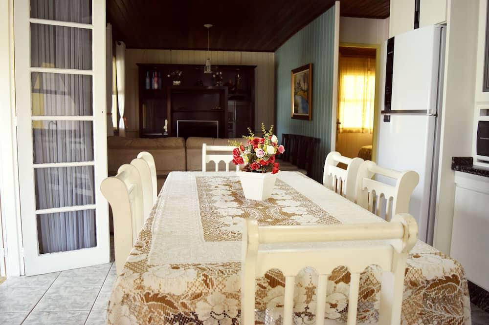 חדר משפחתי - אזור אוכל בחדר
