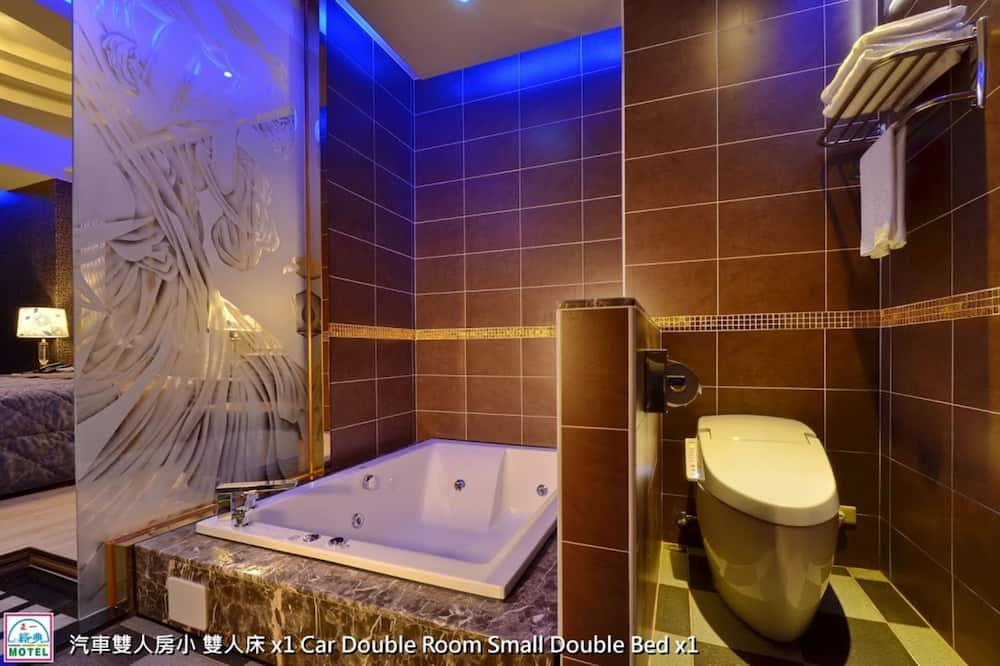Classic Double Room, Jetted Tub (Private Garage, Pet Friendly) - Bathroom