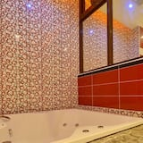 Deluxe Double Room, Jetted Tub (Private Garage, Pet Friendly) - Bathroom