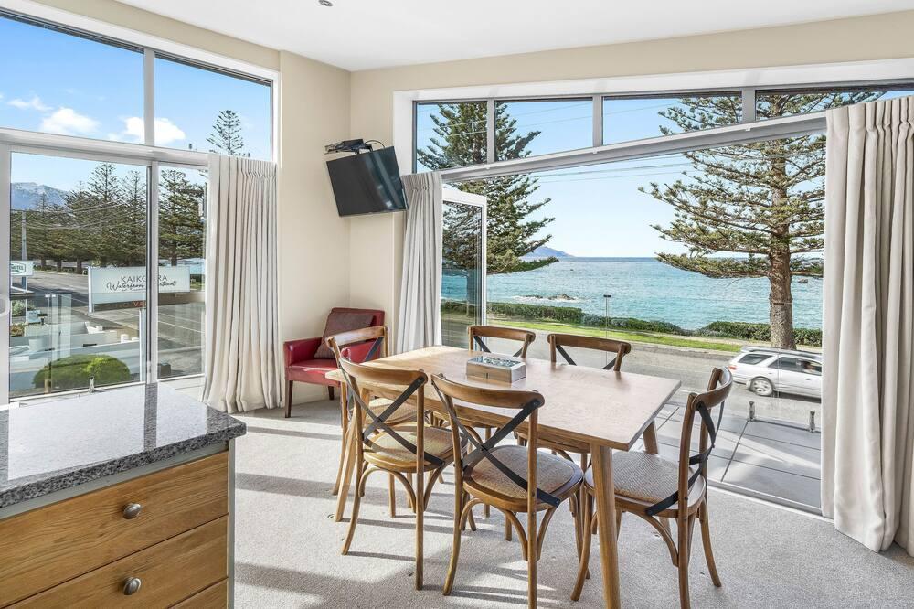 Deluxe Apartment, 2 Bedrooms, Ocean View - Living Area