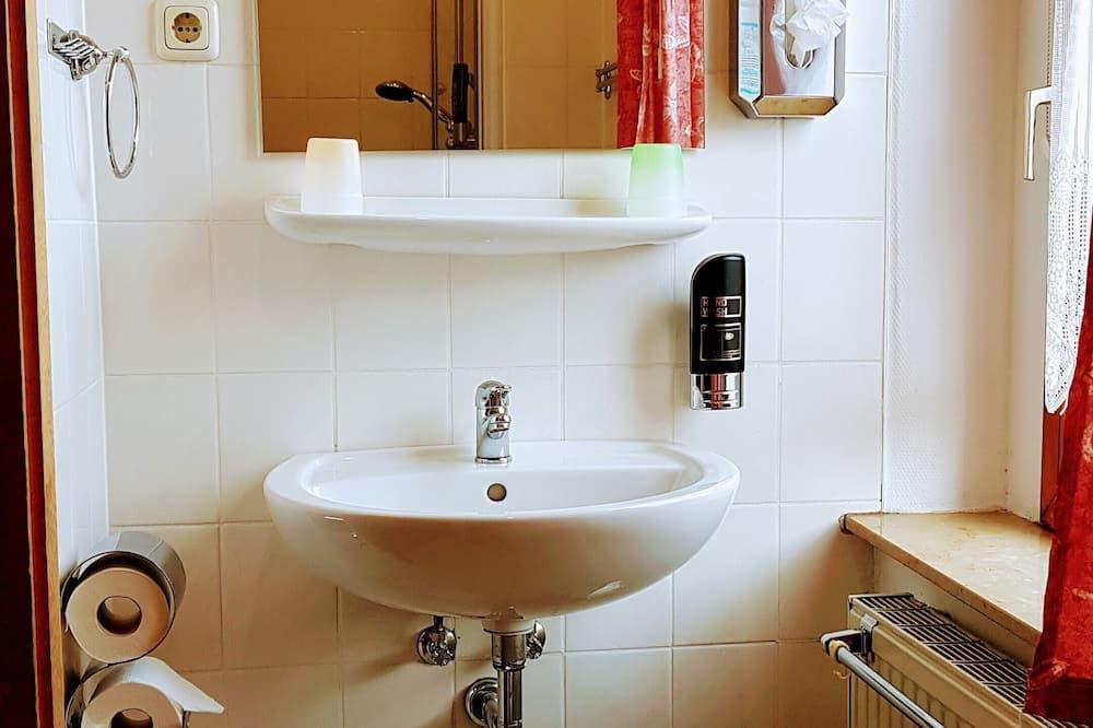 Стандартный двухместный номер с 1 или 2 кроватями, смежные ванная комната и спальня - Ванная комната