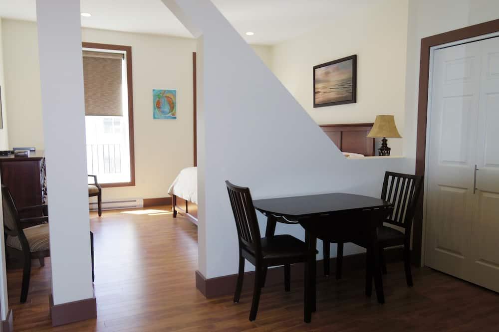 Deluxe Studio Suite, 1 King Bed - In-Room Dining