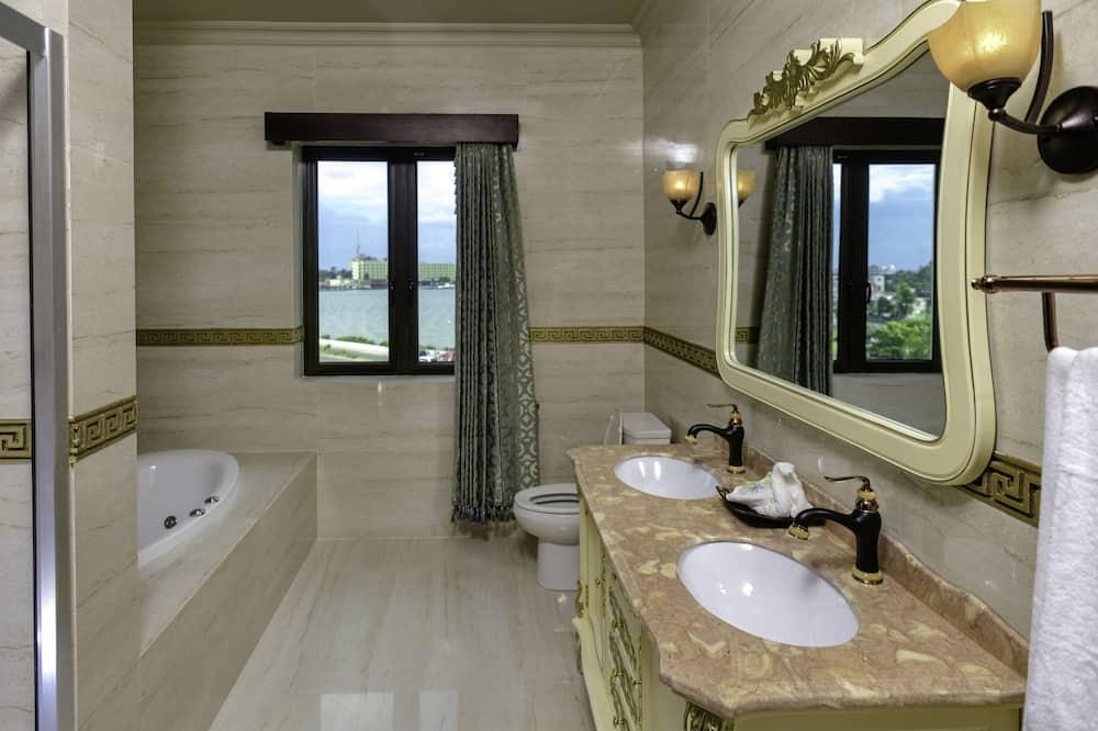 Luxury Suite, Multiple Beds, Ocean View (Jacuzzi) - Bathroom
