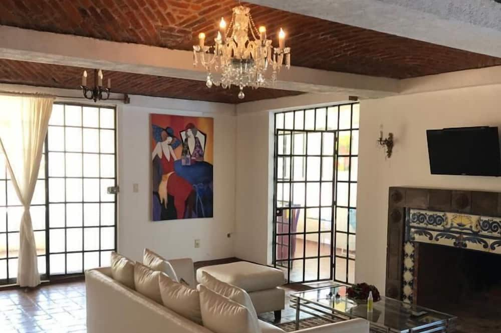 Apartment with Terrace - סלון