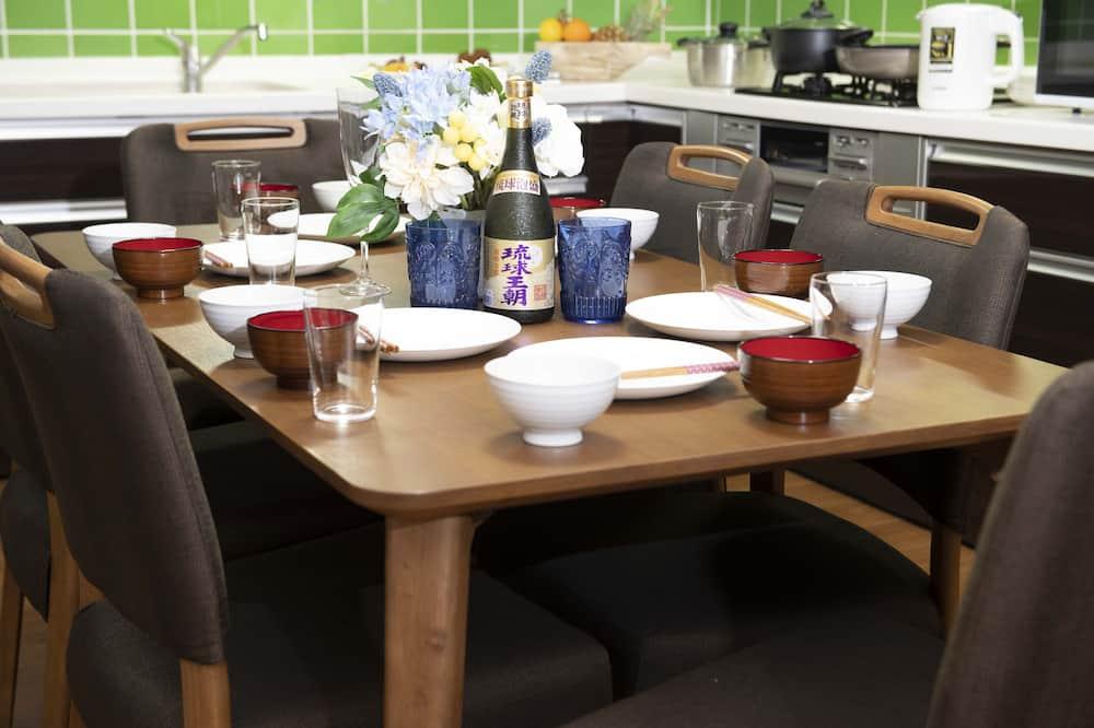 Vila - Tempat Makan Di Kamar