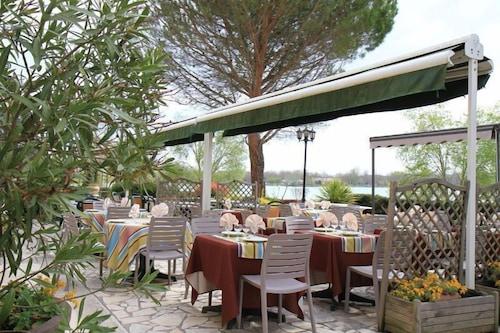 Hostellerie Du Lac L Isle Jourdain Info Photos Reviews Book At Hotels Com