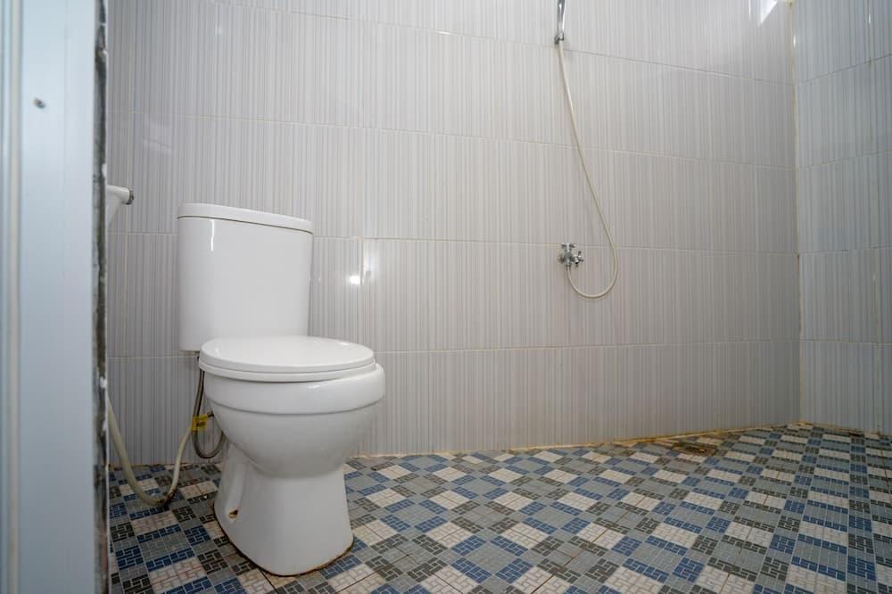 غرفة فردية بتجهيزات أساسية - حمّام