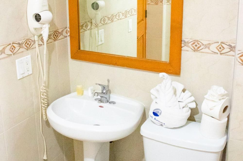 Quarto Básico - Casa de banho