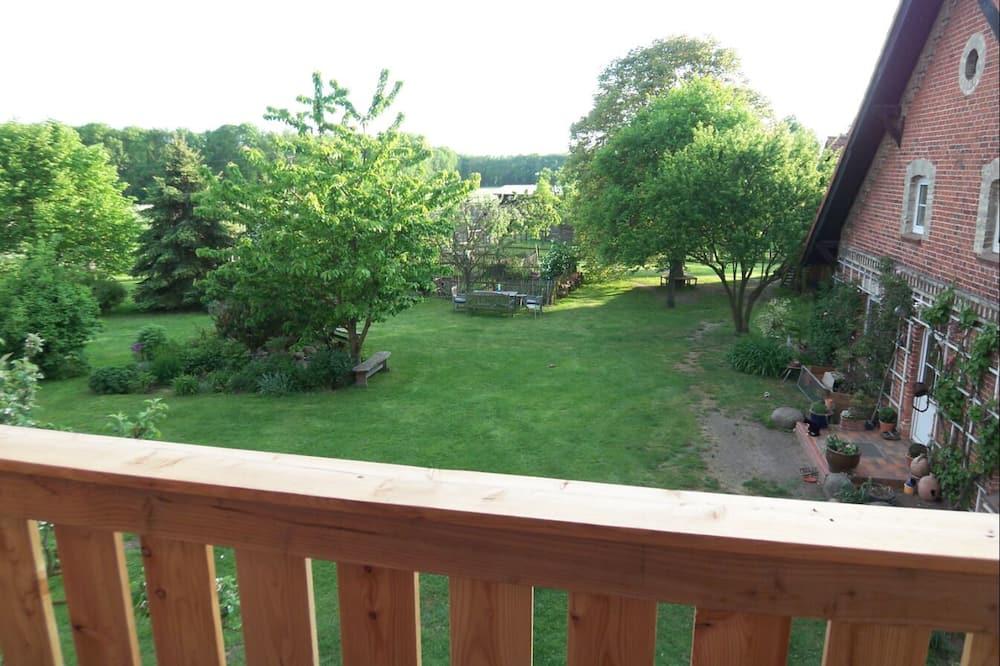 Familjerum (1) - Utsikt mot trädgården