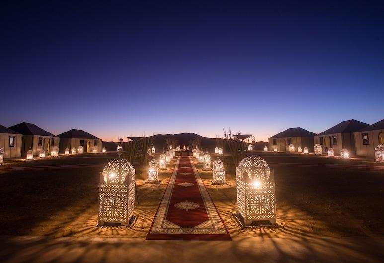Amanar Khaimas Desert Camp, Risanis, Viešbučio fasadas vakare / naktį