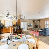 Rumah, Beberapa Tempat Tidur (Deschutes - Two Story Modern Cabin - ) - Tempat Makan Di Kamar