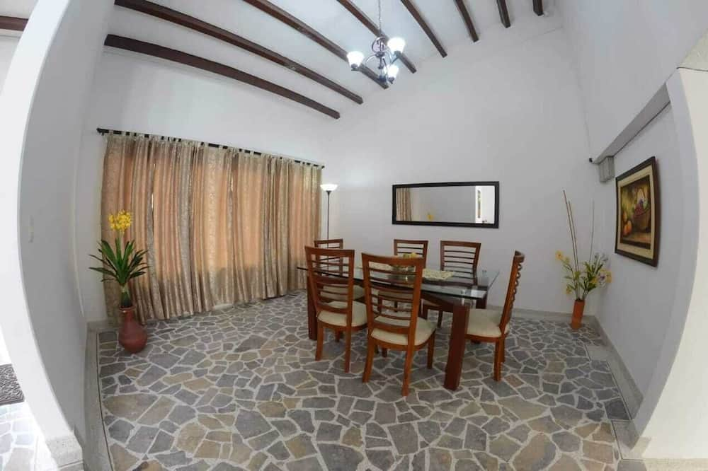 Standard Triple Room, Berbilang Katil, Private Bathroom - Tempat Makan dalam Bilik