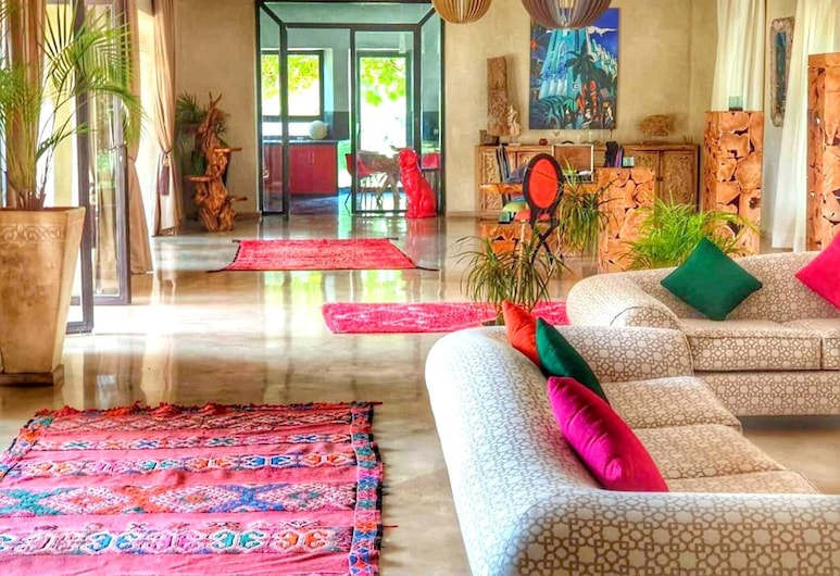 Villa With 7 Bedrooms in Marrakech, With Private Pool, Enclosed Garden and Wifi, Tameslouht, סלון