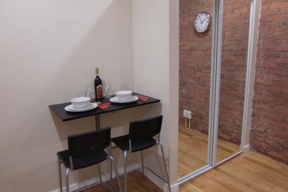 Basic-studiolejlighed - Spisning på værelset