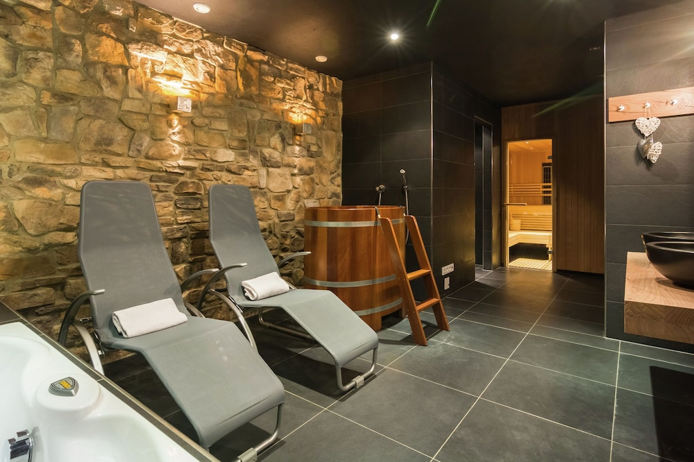 Chalet in Piesendorf With Sauna, Jacuzzi, Pool & Whirlpool