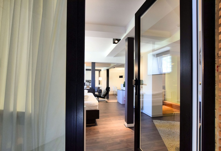 Modern and Comfortably Furnished Apartment in a Former Coach House, Waimes