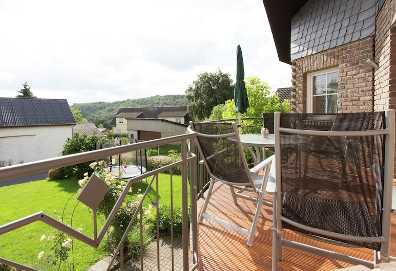 Large Holiday Residence in a Quiet Location Near Bad Münstereifel, نيتيرشيم, شُرفة