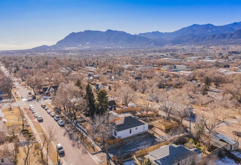 3BR MTN Viewsdowntownnext to Lake, Parks, More, Colorado Springs, Property Grounds