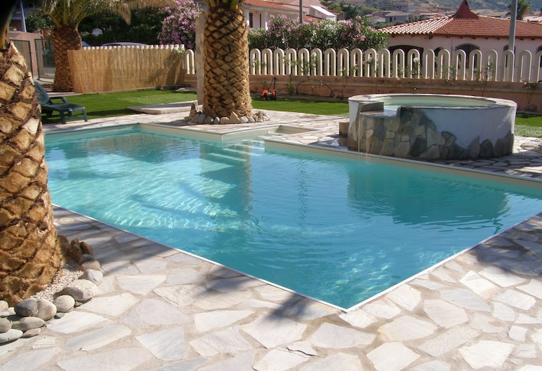 Residence With Pool, Only 100m From the Beach and Coastal Town of La Ciacca, Valledoria