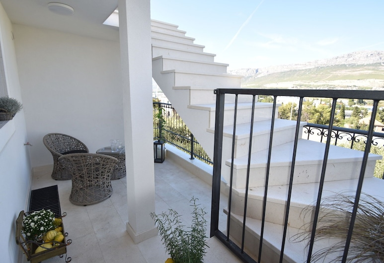 Spacious and Comfortable Apartment, 3 km Outside the Historical Centre of Split, Split, Apart Daire, Balkon