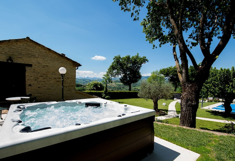 Country Villa in Sant'ippolito With Heated Pool and Jacuzzi, Sant'Ippolito, Villa, Pool