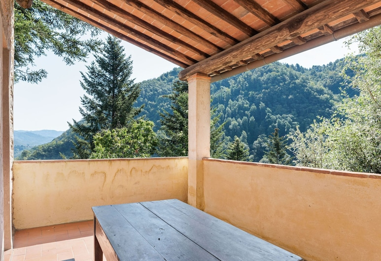 Relaxing Cottage in Convalle With Fenced Garden, Pescaglia, Balkon