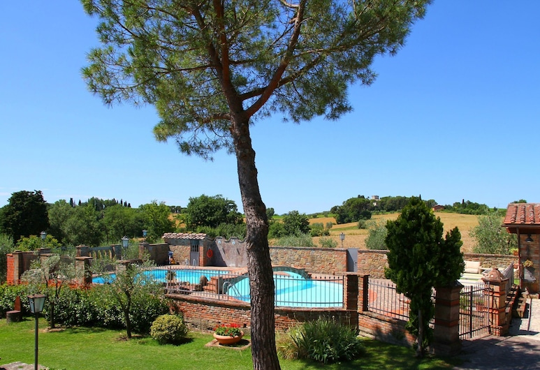 In a Beautiful Property With Pool and Views of the Hills of the Val di Chiana, Foiano della Chiana, Z zewnątrz