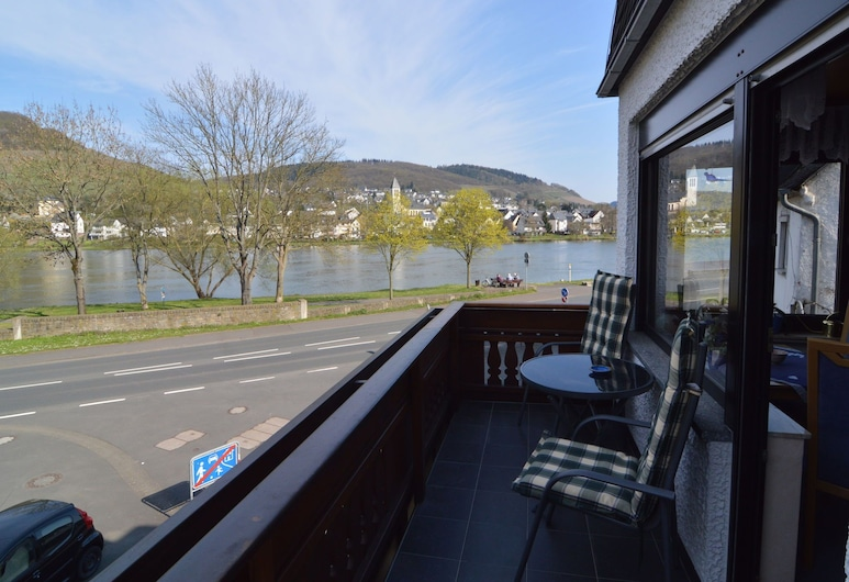 Comfortable Apartment With Balcony, you Can't sit Closer to the Moeselriver, Alf, Balkoni