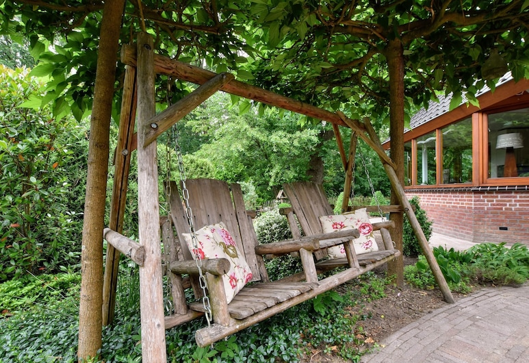 Secluded Holiday Home in Voorthuizen by the Lake, Nijkerk, Jardim