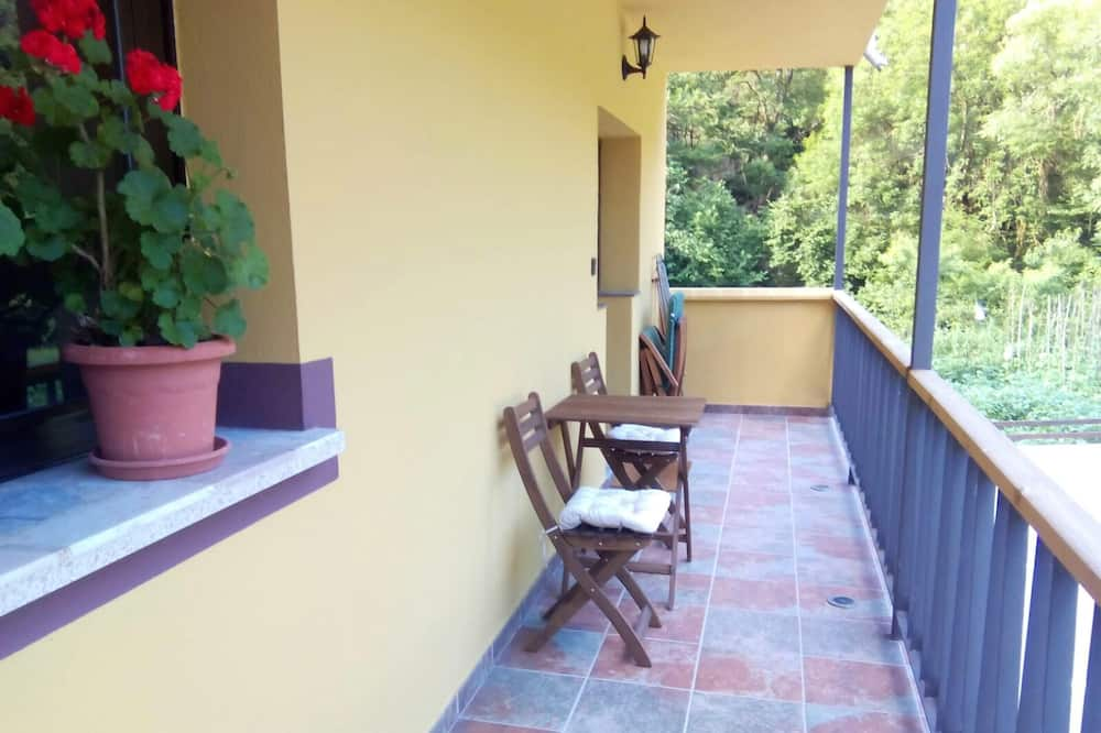 Studio in La Riera, With Wonderful Mountain View, Terrace and Wifi, Σομιέντο, Αίθριο/βεράντα