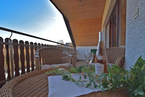 トイトブルクの森にある居心地の良いアパートメント、屋根付きのバルコニーあり/