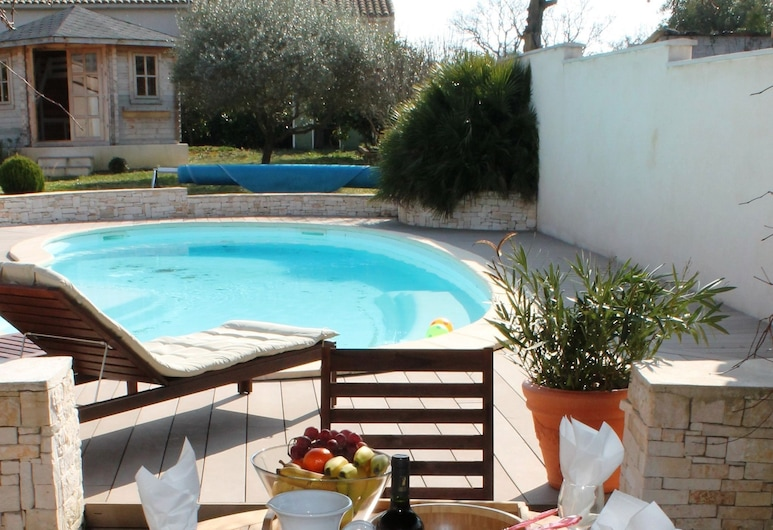 Beautiful Modern Villa With Spacious Pool Within Walking Distance of the Village, Rousson