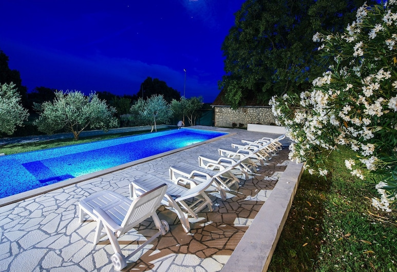 Spacious Holiday Home With Private Infinity Pool, Superb Garden, Terrace, Bbq,, פולאקה, בריכה