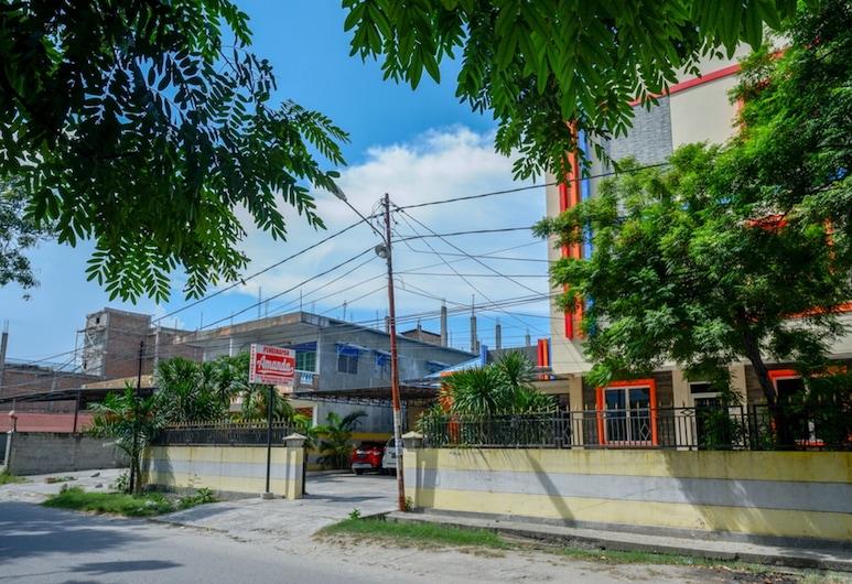 RedDoorz near Millenium Waterpark Palu, 팔루, 호텔 정면
