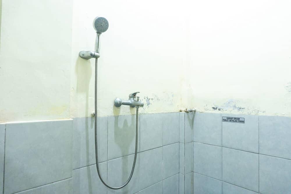 Twin Room (RedDoorz) - Bathroom
