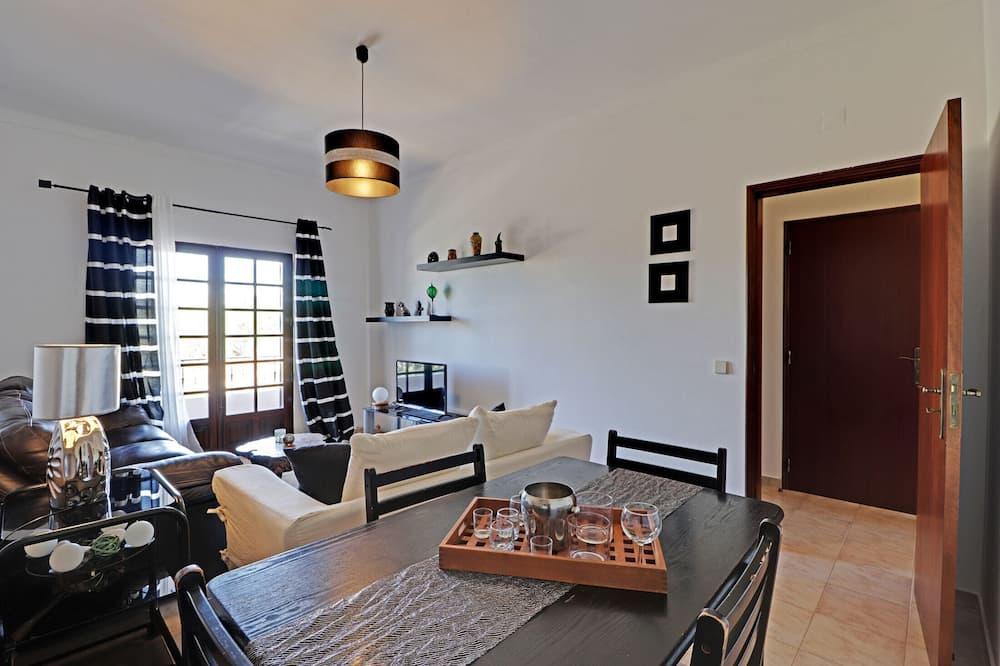 Apartment, 2 Bedrooms, Non Smoking, Mountain View - Living Area