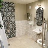 Senior Tek Büyük Yataklı Oda - Banyo